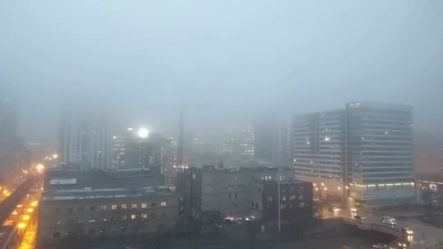 vídeos y material grabado en eventos de stock de chicago's skyline and cranes disappear into the evening fog fog advisory across chicagoland - metro de chicago