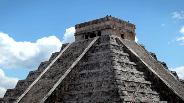 chichen itza, mexiko - pyramide bauwerk stock-videos und b-roll-filmmaterial