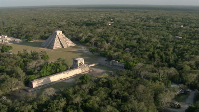 vidéos et rushes de aerial chichen itza ruins surrounded by rainforest / cancun, quintana roo, mexico - maya