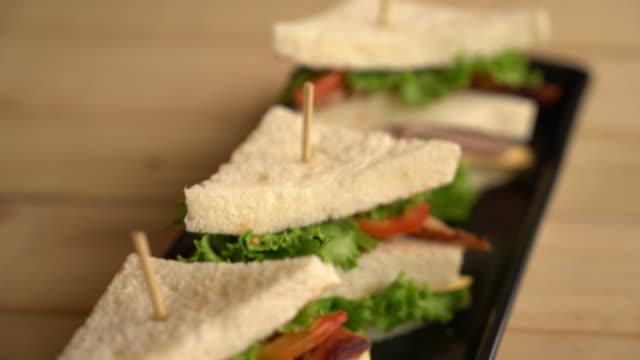 Chiciken und Schinken Sandwich auf Tisch
