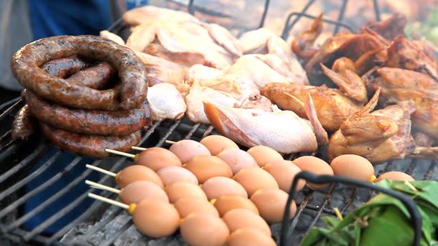 vídeos de stock, filmes e b-roll de frango e ovos no grill - comida salgada