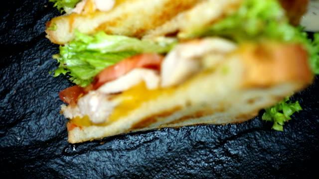Kip Burger op zwarte plaat met tomatoe en groenten