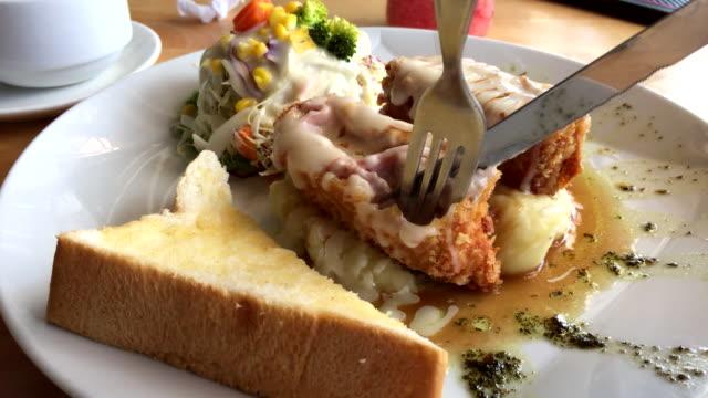 kyckling cordon bleu (rullar med kycklingbröst, skinka och cheddarost) - cheese bildbanksvideor och videomaterial från bakom kulisserna