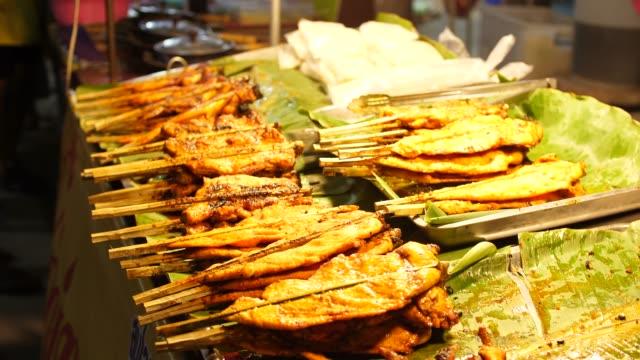 vídeos y material grabado en eventos de stock de pollo parrilla, calle alimentos, tailandia - muslo de pollo carne