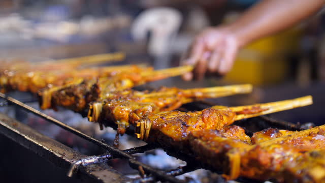 chicken grill, street food, thailandia - coscia gamba umana video stock e b–roll