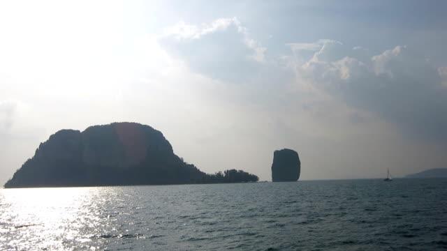 vídeos de stock e filmes b-roll de chicken island, koh kai, in the andaman sea, off the coast of krabi, thailand - mar de andamão
