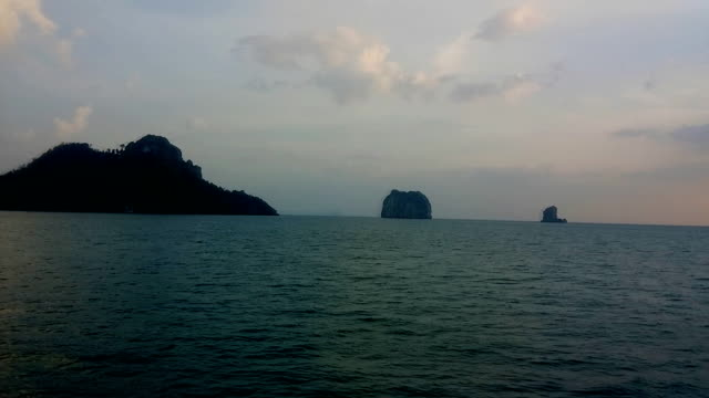vídeos de stock e filmes b-roll de chicken island near railay beach in krabi province in the andaman sea in south thailand. - mar de andamão