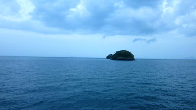 vídeos de stock, filmes e b-roll de ilha de frango com grupo de morcego voar no céu, koh kai, no mar de andaman, krabi, tailândia - muito pequeno