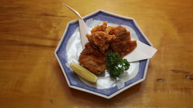 vídeos y material grabado en eventos de stock de chicken karaage. - pollo frito
