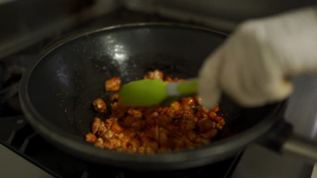 vídeos de stock, filmes e b-roll de fritura de carne de frango em frigideira em um fogão - crocante