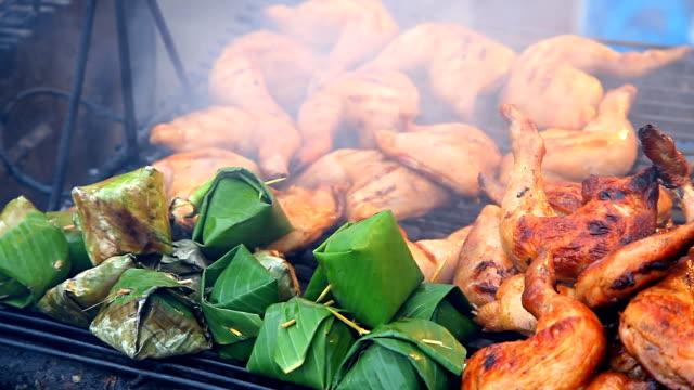 vídeos de stock, filmes e b-roll de frango no grill - comida salgada