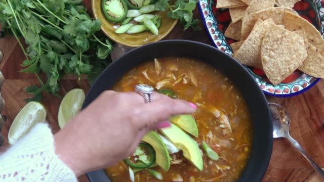 チキントルティーヤ スープ - スープ点の映像素材/bロール