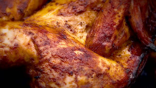 bbq chicken - pollo alla brace video stock e b–roll