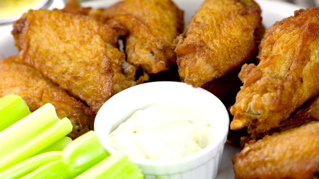 vídeos y material grabado en eventos de stock de ala de pollo - glaseado para postres