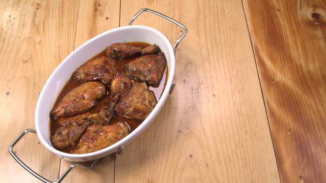 stockvideo's en b-roll-footage met chicken with garlic and lemon - oost europese cultuur