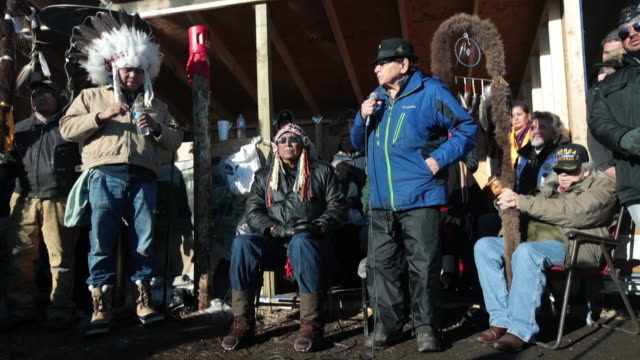 vidéos et rushes de chief arvol looking horse of the lakota/dakota/nakota nation listens to speakers during an interfaith ceremony at oceti sakowin camp on the edge of... - culture indigène