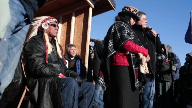 vídeos y material grabado en eventos de stock de chief arvol looking horse of the lakota/dakota/nakota nation listens to speakers during an interfaith ceremony at oceti sakowin camp on the edge of... - cultura indio americano