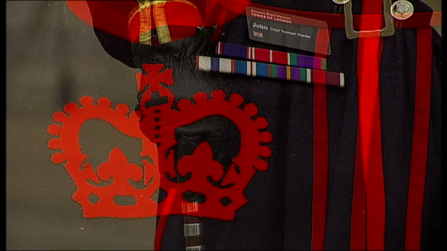 stockvideo's en b-roll-footage met chief beefeater at the tower of london retires england london tower of london ext john keohane standing close shots of beefeater uniform worn by... - yeomen warder