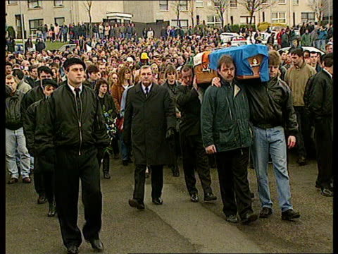 stockvideo's en b-roll-footage met inla chief gino gallagher's funeral northern ireland belfast ms side ditto ms side inla men in black berets escorting coffin cms side one ditto lms... - irish national liberation army