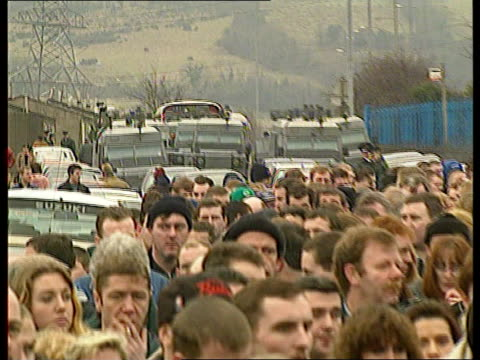 vídeos de stock, filmes e b-roll de inla chief gino gallagher's funeral northern ireland co tyrone moy ms coffin of gino gallagher carried rl past crowds ms side ditto tms side two inla... - estacionário