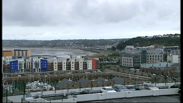 vidéos et rushes de chief grilled by mps over hsbc tax avoidance t11101128 jersey saint helier various views of town and seafront - évasion