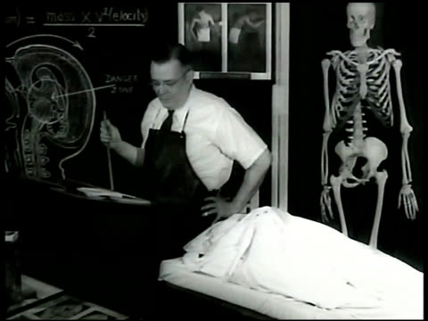 vídeos de stock, filmes e b-roll de chief me dr harrison s martland in room w/ covered cadaver cu drawing of int human head on blackboard saying 'repeated sharp blowsmental or physical... - physical injury