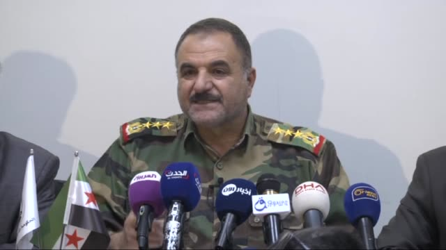 vidéos et rushes de chief of staff of the free syrian army ahmed berri holds a press conference related to 'russian airstrikes in syria' in gaziantep, turkey on december... - attaque aérienne