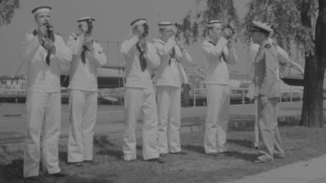 vidéos et rushes de ms chief teaching to soldiers - marinière