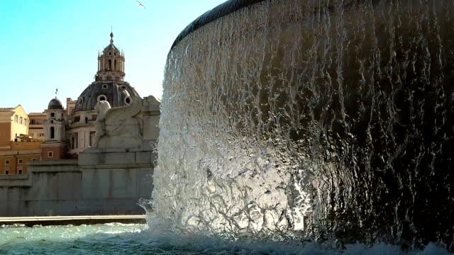 chiesa di santa maria di loreto dome and fountain in rome - fontana struttura costruita dall'uomo video stock e b–roll