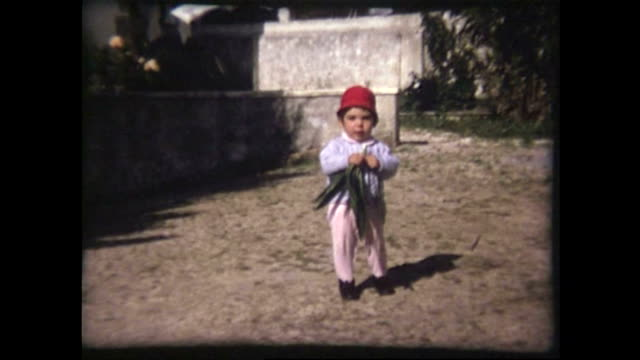 stockvideo's en b-roll-footage met kind 1970 de oude film - 8mm filmprojector