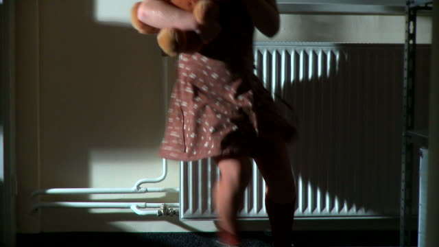 stockvideo's en b-roll-footage met hd: child abuse - kindermishandeling