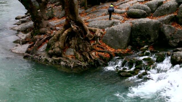 Kind und kleinen Wasserfall im Herbst