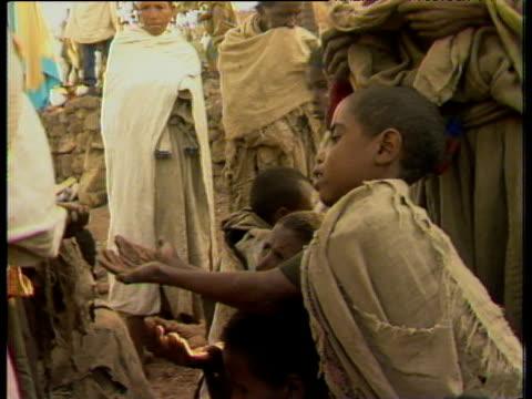 vídeos de stock e filmes b-roll de child begging during ethiopian famine jan 85 - corno de áfrica