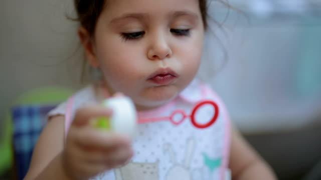 kind beim spielen mit der seife sud gefüttert - soap sud stock-videos und b-roll-filmmaterial