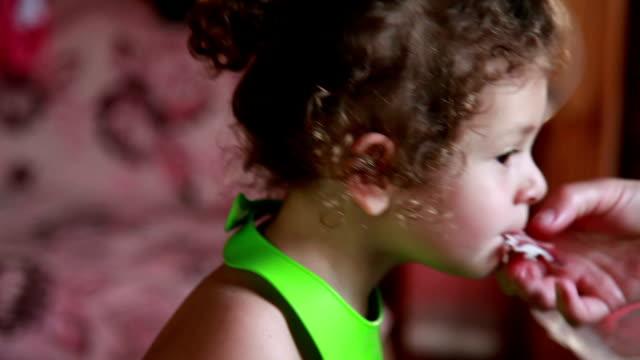 Kind eine Stück roten getrockneten Fleisch beißen