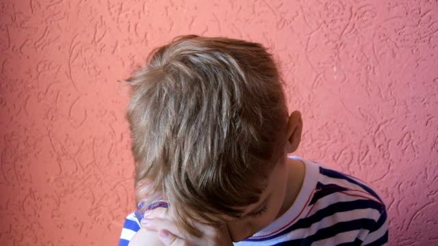 vidéos et rushes de enfant ennuyeux - salle attente