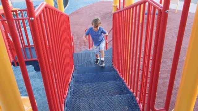 vídeos y material grabado en eventos de stock de niño jugando en el patio de recreo - 4 5 años