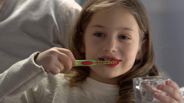 vídeos de stock, filmes e b-roll de filho escovar os dentes antes de dormir - escovar dentes