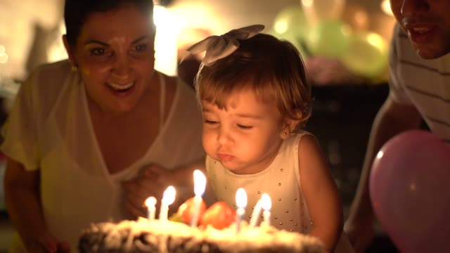 vídeos de stock e filmes b-roll de child celebrating her birthday party at home - latino americano