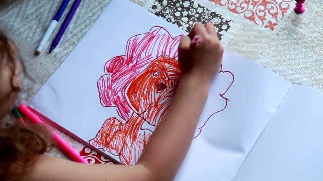 stockvideo's en b-roll-footage met kind kleuring de foto's - kunstnijverheid
