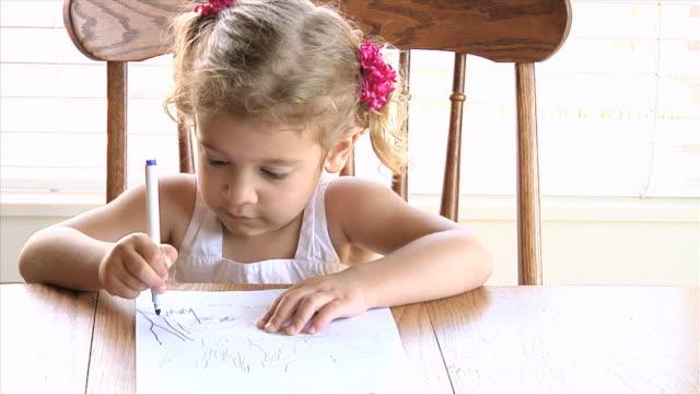 kind mit farben zeichnen - haarzopf stock-videos und b-roll-filmmaterial