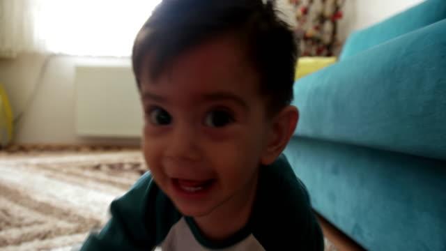 vídeos de stock, filmes e b-roll de criança agachamento no carpete - engatinhando