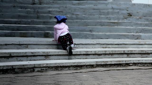 kind krabbeln auf treppe - stufen und treppen stock-videos und b-roll-filmmaterial