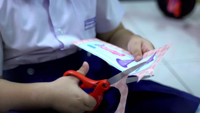 vídeos de stock, filmes e b-roll de crianças de papel - tesoura