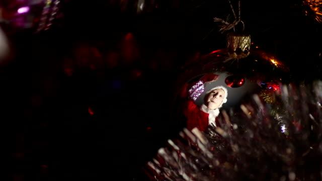 vídeos de stock e filmes b-roll de criança decorates uma árvore de natal - chapéu do pai natal
