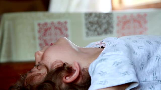 後屈をして子供 - カニ捕り点の映像素材/bロール