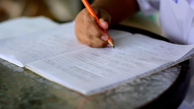 barn gör läxor - blyertspenna bildbanksvideor och videomaterial från bakom kulisserna