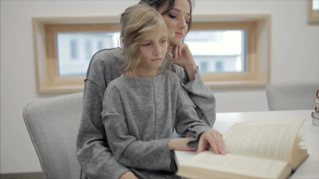 stockvideo's en b-roll-footage met child doing homework with her mother - literatuur