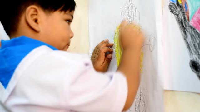 vídeos y material grabado en eventos de stock de niños de dibujo y pintura - sacapuntas