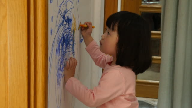 vidéos et rushes de child drawing on the wall at home - mur
